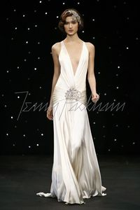 I don't know how the dress would stay in place, but its gorgeous